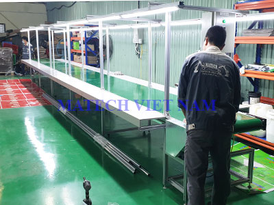 Băng tải PVC khung nhôm định hình có mặt bàn phụ dài 11m