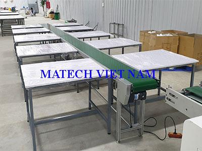 Bàn thao tác khung thép ghép cùng băng tải PVC